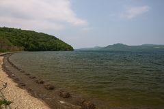 Na brzeg Jeziorny Kussharo Zdjęcia Stock