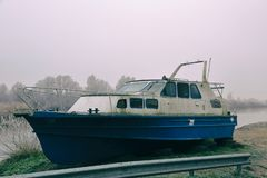 Na brzeg zaniechana łódź fotografia stock