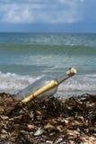 na brzegu butelki wiadomość myjąca Fotografia Royalty Free