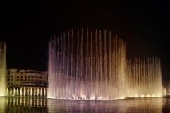 Na Burj Jeziorze dancingowa fontanna Khalifa. Dubaj, UAE Zdjęcie Royalty Free