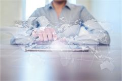 Na całym świecie sieć na wirtualnym ekranie Światowa mapa i ikony kolor tła pojęcia, niebieski internetu Ogólnospołeczni środki i Zdjęcia Stock