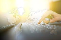 Na całym świecie sieć na wirtualnym ekranie Światowa mapa i ikony kolor tła pojęcia, niebieski internetu Ogólnospołeczni środki i Fotografia Stock