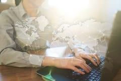 Na całym świecie sieć na wirtualnym ekranie Światowa mapa i ikony kolor tła pojęcia, niebieski internetu Ogólnospołeczni środki i Zdjęcie Royalty Free
