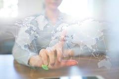 Na całym świecie sieć na wirtualnym ekranie Światowa mapa i ikony kolor tła pojęcia, niebieski internetu Ogólnospołeczni środki i Obraz Stock