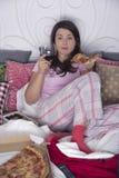 Na cama com pizza e vinho fotografia de stock royalty free