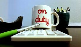 Na caneca de café do dever no escritório Imagem de Stock