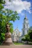 Na catedral o quadrado em Poltava é um monumento ao Hetman Ivan Maze Fotos de Stock Royalty Free