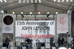 Na cena 75th aniversário do festival de John Lennon em Riga Imagem de Stock