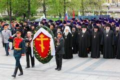 Na cerimónia da grinalda que coloca no túmulo Imagem de Stock Royalty Free