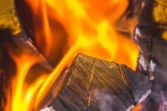 Na chaminé um fogo brilhante queima a madeira, aquece a sala e o cr Foto de Stock
