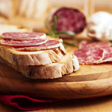 Na chlebie francuska sucha kiełbasa Zdjęcia Stock
