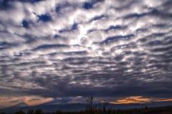 Na ciemnienie jesieni nieba akumulacji cumulusu ciężkich chmurach w dolinie góra Ararat fotografia royalty free