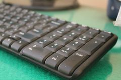 Na computação, um teclado de computador é um dispositivo do máquina de escrever-estilo, versão 1 imagens de stock royalty free