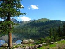 Na costa de um lago da montanha imagens de stock