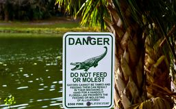 Na costa do lago é uma grande tabela de advertência Imagem de Stock Royalty Free