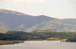 Na costa do lago Vlasina na Sérvia fotos de stock
