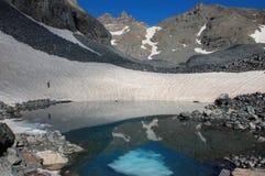 Na costa nevado de um lago azul imagem de stock royalty free