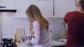 Na cozinha, o marido e a esposa preparam o café da manhã filme