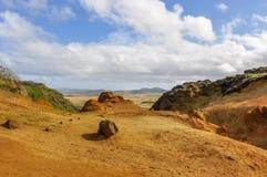 Na cratera de Rano Raraku Volcano, Ilha de Páscoa, o Chile Fotos de Stock