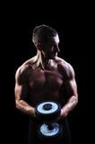 Na czarny tle mężczyzna mięśniowy ćwiczenie Fotografia Royalty Free