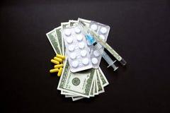 Na czarnym tle pieniądze i medycyny kłamamy zdjęcia stock