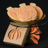 Na czerń domowej roboty dyniowi ciastka Zdjęcie Stock