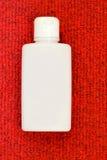 Na czerwieni biały butelka Fotografia Royalty Free