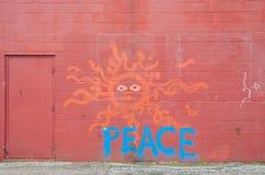 Na czerwieni ścianie pokojowi graffiti Zdjęcia Stock