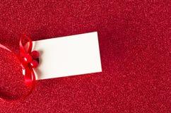 Na Czerwonej Błyskotliwości Prezent bożenarodzeniowa Etykietka Fotografia Stock