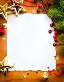 Na czerwonym backgroun kartka z pozdrowieniami bożenarodzeniowy papier zdjęcia royalty free