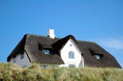 na dachu domu 2 powlekane strzechą Zdjęcia Stock