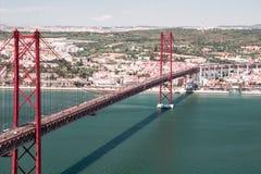 25na de Abril Bridge över Tagus i Lissabon Arkivfoto