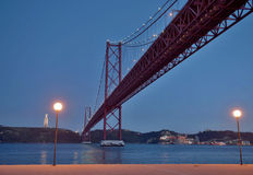 25na de Abril Bridge på natten Arkivbild
