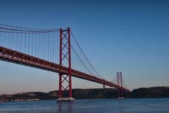 25na de Abril Bridge på natten Arkivfoton