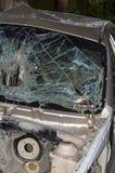 Na de autoneerstorting, windschermdaling op het wegdek royalty-vrije stock afbeeldingen