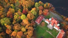 Na de weg aan Kasteel in de herfst Forest Located in landschapspark met groene bomenbossen in de herfst 4k luchtmening stock videobeelden