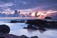 Na dennym wybrzeżu zmierzch scena Fotografia Royalty Free