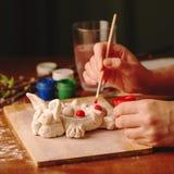 Na desktop projektant jest Wielkanocny królik Wierzb gałąź, muśnięcia, guasz i szkło woda, zdjęcia royalty free