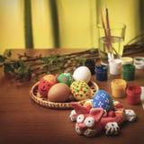 Na desktop projektant jest Wielkanocny królik Wierzb gałąź, muśnięcia, guasz i szkło woda, obrazy royalty free