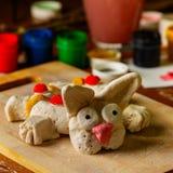 Na desktop projektant jest Wielkanocny królik Wierzb gałąź, muśnięcia, guasz i szkło woda, zdjęcie stock