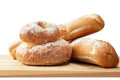 Na Drewnianej Desce chlebowi Bochenki Zdjęcie Royalty Free