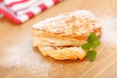 Na drewnianej desce jabłczany kulebiak Fotografia Royalty Free