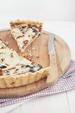 Na drewnianej desce pikantny tarta Zdjęcie Stock