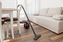 Na drewnianej podłoga próżniowy cleaner Czyścić do domu Zdjęcia Royalty Free