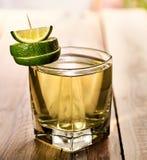 Na drewnianych deskach jest szklany z zielonym napojem i wapnem Fotografia Stock