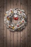 Na drewnianym drzwi białe Boże Narodzenie wianek Fotografia Stock
