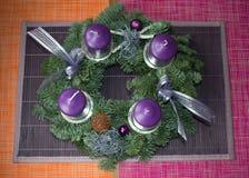 Na drewnianym drzwi Boże Narodzenie wianek Fotografia Royalty Free