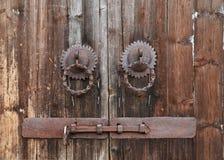 Na Drewnianym Drzwi stary Pierścionek Zdjęcie Stock