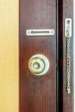 Na drewnianym drzwiowym tle drzwiowa gałeczka Fotografia Royalty Free
