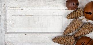 Na drewnianym panelu bożenarodzeniowi ornamenty Obraz Stock